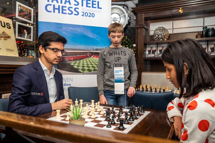 In het Philips Stadion in Eindhoven vond dinsdag een 'meet and greet' met schaker Anish Giri plaats.