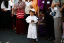 Een jongetje verkleed als Paus wacht samen met zijn familie op de aankomst van Paus Franciscus  bij de St. Mary's Catholic Church in Yangon Myanmar. Foto: Lynn Bo Bo
