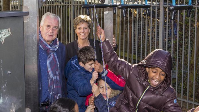 Hans den Ouden en Suzanne Rog op het schoolplein van de Pniëlschool in Rotterdam-Zuid.