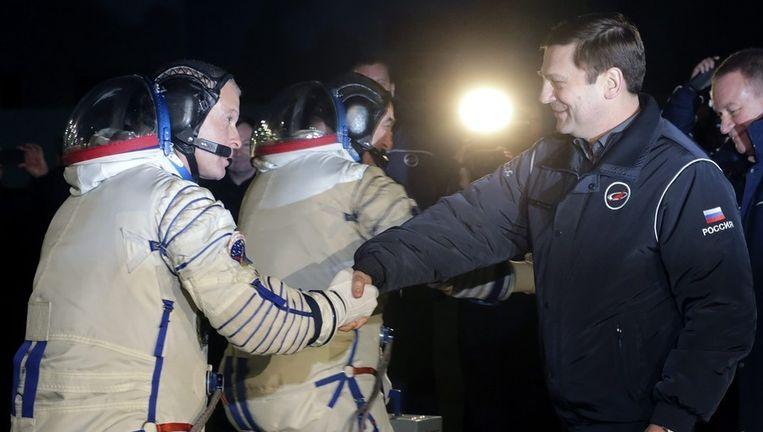 Astronaut Steven Swanson schudt de hand van directeur-generaal Oleg Ostapenko. Beeld epa