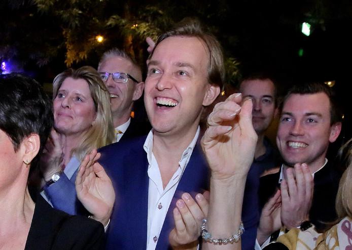 Lennard van der Linden samen met de partijleden van EVB na de verkiezingsoverwinning.