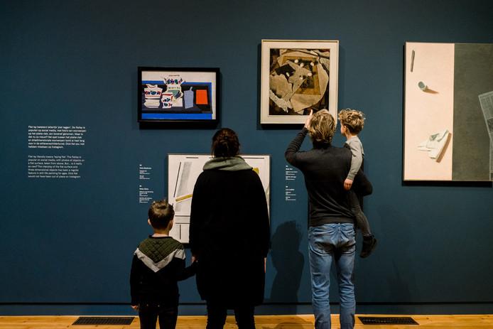 Ouders met kinderen bekijken een tentoonstelling in Museum Gouda