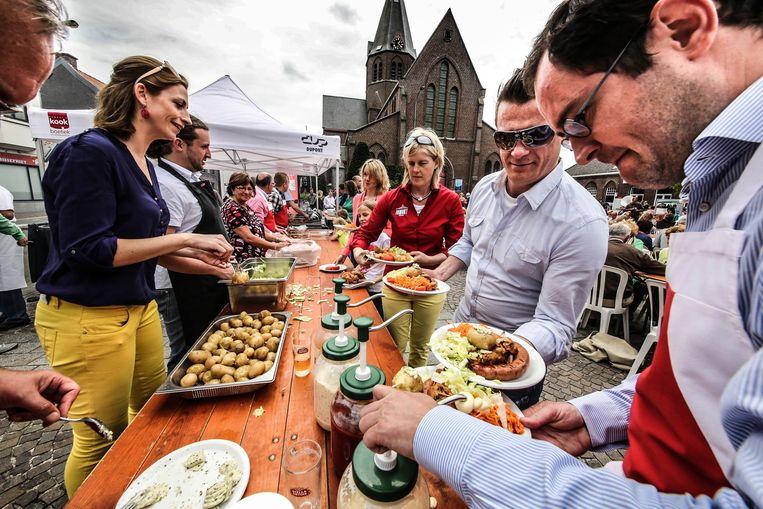 Een volksbarbecue van vier jaar geleden, in Bissegem.
