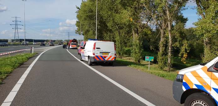 Bij het eenzijdige ongeval op de A73 kwam een persoon om het leven.