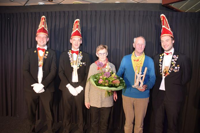 Siny en Johan Deterink ontvangen een bos bloemen en een beeldje. De Pin'n wil met het uitreiken van de Pin'novatie haar waardering laten blijken voor de twee.