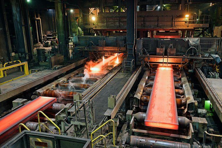 Fabriek van Tata Steel in IJmuiden. Het eindproduct: gloeiend heet staal in enorme platen. Beeld Guus Dubbelman / de Volkskrant