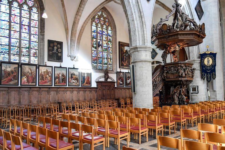 Om het interieur van de OLV-kerk er piekfijn te laten uitzien, zijn extra helpende handen nodig.
