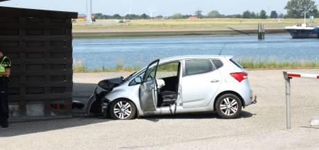 Auto rijdt tegen verkeerspost bij Hansweert, bestuurder gewond