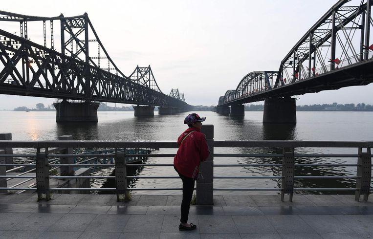 De China-Noord-Korea Vriendschapsbrug (l) en de Gebroken Brug (r). Beeld AFP