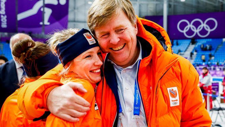 Koning WIllem-Alexander feliciteert Carlijn Achtereekte in de Gangneung Oval na de 3000 meter tijdens de Olympische Winterspelen van Pyeongchang. Beeld anp