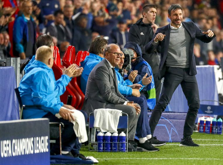 Trainer van PSV Mark van Bommel viert de overwinning op Bate Borisov. Beeld null