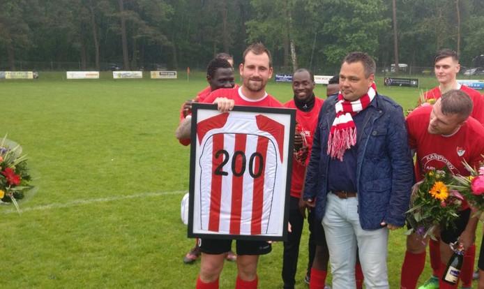 Wesley Mortier (midden) van wordt gehuldigd voor zijn doelpunten, die hij maakte bij Eendracht, SC Westervoort, SML, DVV, WAVV en Arnhemse Boys.