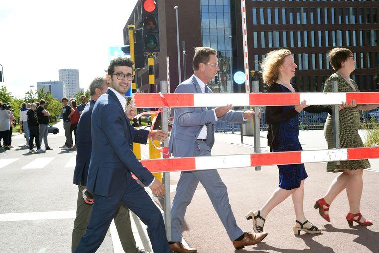 Burgemeester Mohamed Ridouani mag de nieuwe brug aan de Vaartkom openen voor alle verkeer.