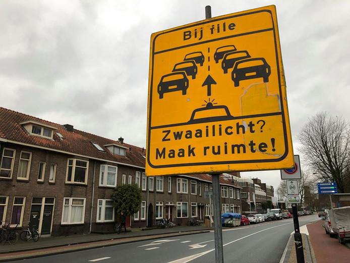Op verschillende plekken in Dordrecht staan borden met het verzoek om ruimte te maken voor de hulpdiensten. De extra borden zijn geplaatst in verband met de afsluiting van de Wantijbrug.