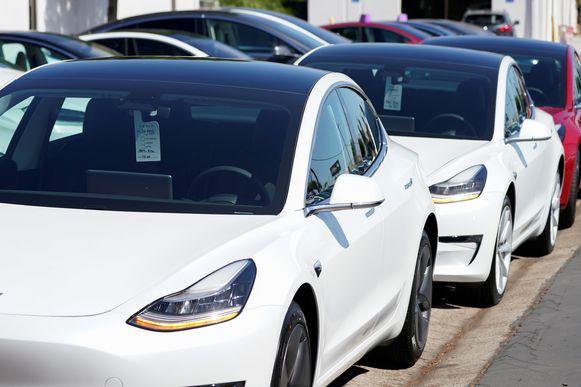 Tesla-wagens bij een distributiecentrum in San Diego.