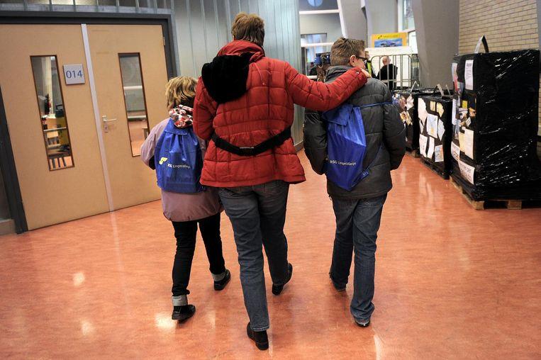 Basisschoolleerlingen en een moeder tijdens een open dag in Tiel. Beeld Marcel van den Bergh / de Volkskrant