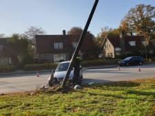 Auto ramt lantaarnpaal in Hengelo, geen gewonden