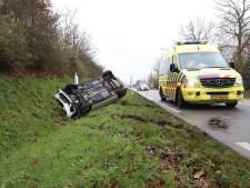 Auto belandt op zijn kop in greppel Schijndel, bestuurder gewond naar ziekenhuis gebracht