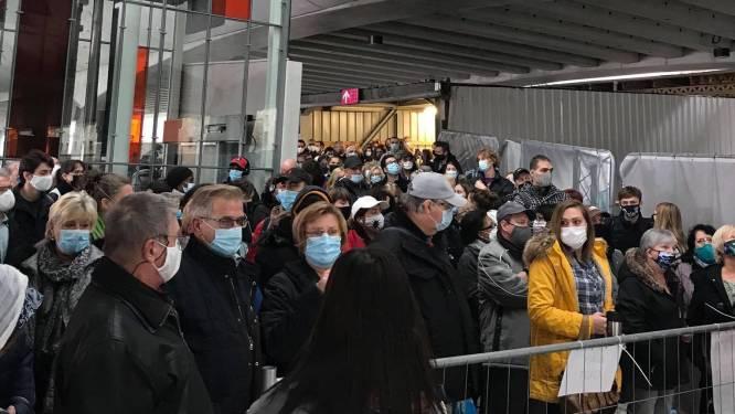 Reizigers opeengepakt in station Gent-Sint-Pieters omdat treinen niet te vol mogen zitten