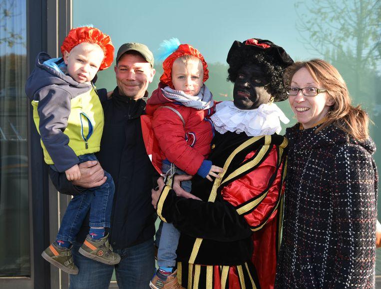 kindjes en ouders gaan met zwarte piet op fe foto in Vilvoorde