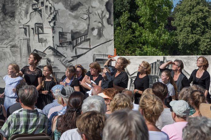 Het toneelstuk Van Klaagzang naar Hoop werd in 2018 opgevoerd bij het herdenkingsmonument De Vrouw van Putten