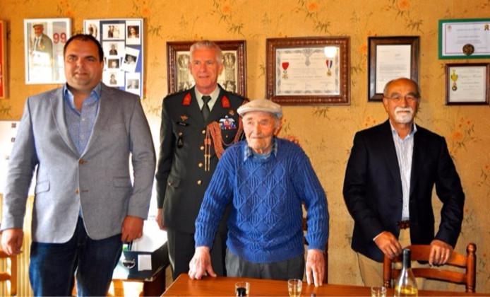 Andries Looijen (l) op de 101e verjaardag van de Franse oorlogsveteraan Donatien Hamon.