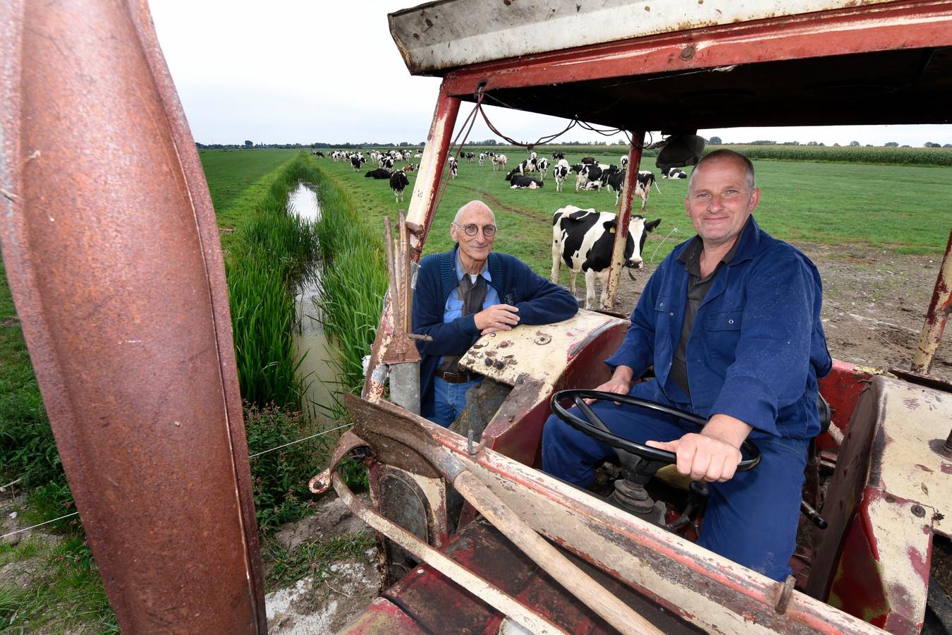 Archiefbeeld: Wethouder Walther Kok in 2018 in een weiland bij koeien. Boer Ben van Winden op de tractor, tractor staat op de plek waar de schaduwboom zou komen.