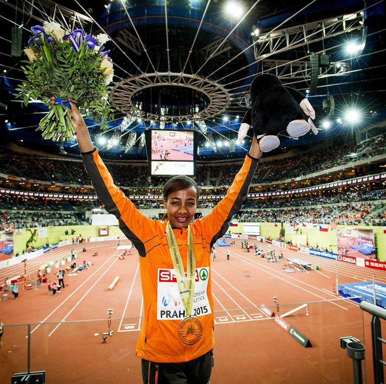 Gouden medaille winnares Sifan Hassan met haar gouden na het winnen van de 1500 meter hardlopen tijdens het EK atletiek indoor. Beeld anp