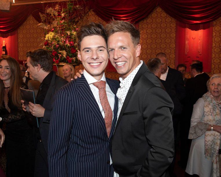 """James Cooke met zijn partner Dorian. """"Ik heb mijn ogen uitgehuild toen ik besefte dat ik homo ben"""", zegt James."""