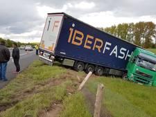 Vrachtwagen rijdt van A348 en eindigt in berm naast snelweg