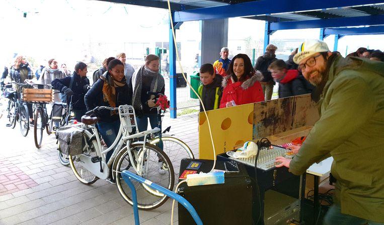 De fietsdisco in de nieuwe fietsenstalling van het Sint-Pietersinstituut.
