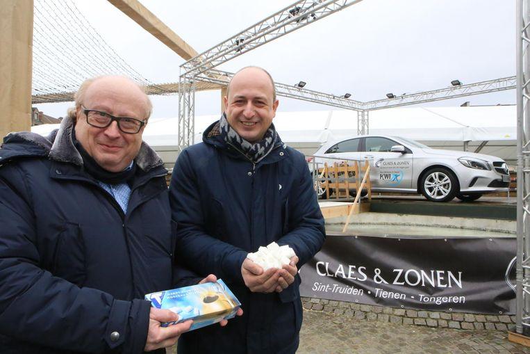 Carlo Joseph en Steven Dusart bij de aankondiging van de verloting van de Mercedes A160.