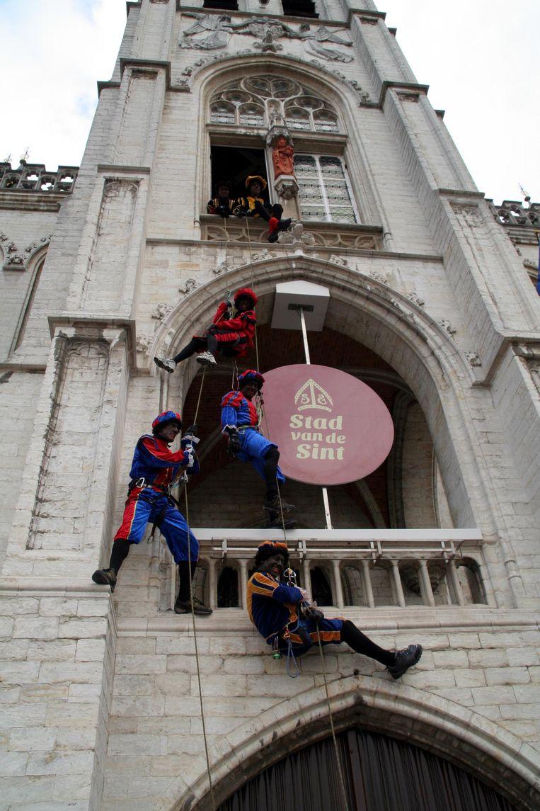 Zondag zullen er geen klimpieten te zien zijn aan het stadhuis. Een acrobatische Zwarte Piet zal een mast van 65 meter hoog beklimmen.