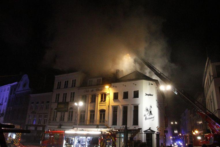 Café De Paris brandde volledig uit. Ook chocoladezaak Valentino is volledig verloren.