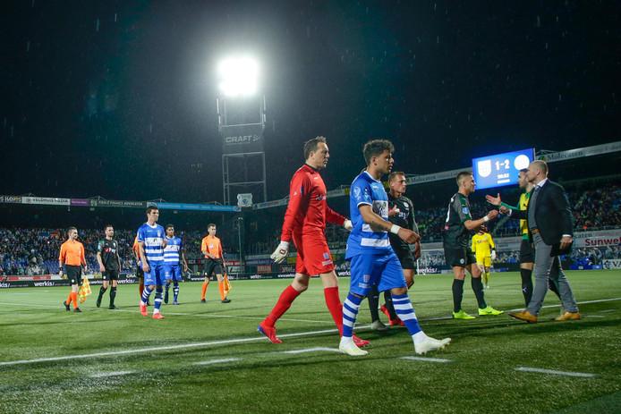De spelers van PEC Zwolle en FC Groningen gaan na 56 minuten naar binnen.