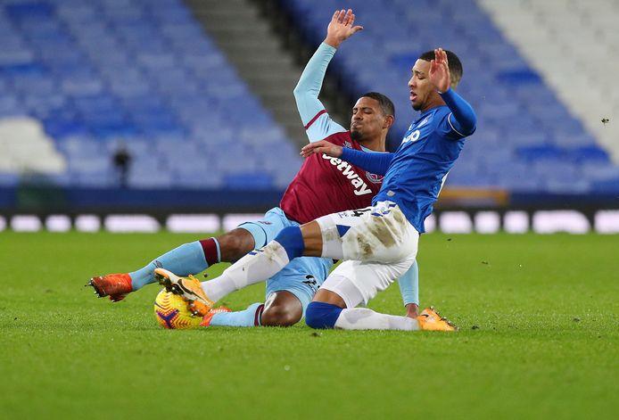 Sebastien Haller in duel met Mason Holgate van Everton.