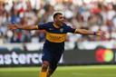 Ramón Ábila viert zijn goal.