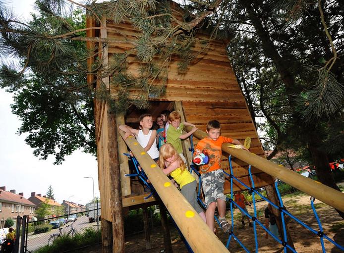 Een indrukwekkende boomhut is de grote blikvanger van de vernieuwde speeltuin Het Varvik aan de Hendrik Smeltweg. Foto: Reinier van WIlligen