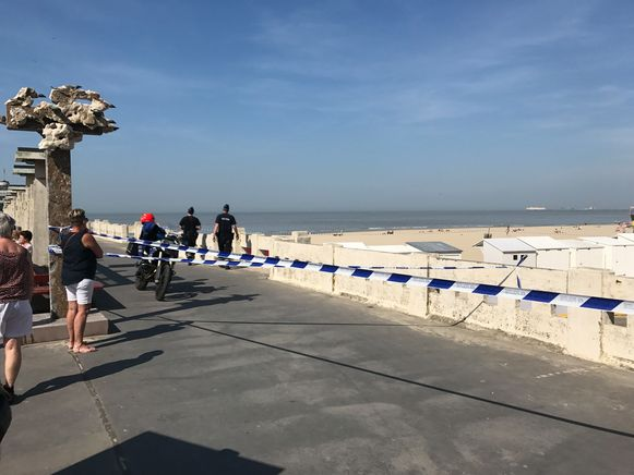 De politie sloot een deel van het strand af.