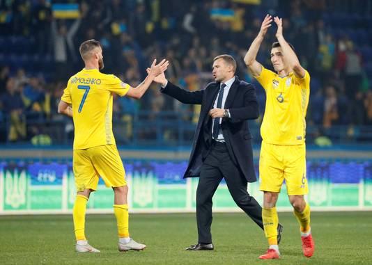Andrei Sjevtsjenko is ook succesvol als bondscoach van Oekraïne. Hier viert hij met Andrei Yarmolenko plaatsing voor divisie A na de 1-0 zege op Tsjechië. Rechts Taras Stepanenko.