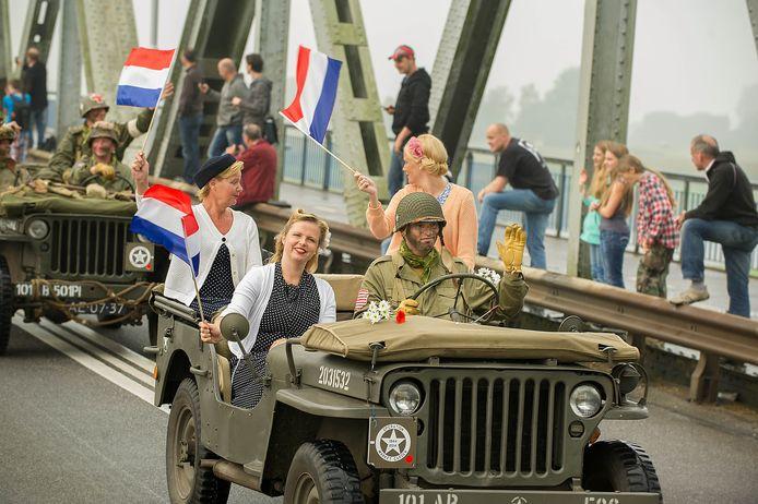 Oude legervoertuigen passeren de Thompsonbrug in Overasselt tijdens de herdenkingstocht in 2014.