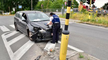 Afgeleid door eerder ongeval: man botst domweg tegen verkeerslicht