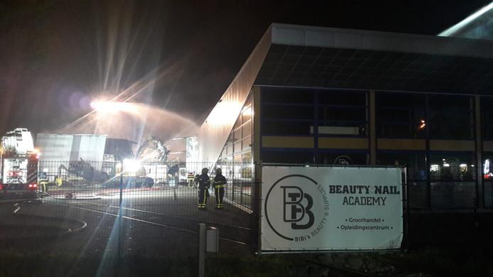 Bij BiBi's Beauty & Supplies aan de Gastelseweg in Roosendaal, een groothandel die levert aan nagelstudio's, proberen brandweerlieden de schade aan het magazijn met cosmetica te beperken.