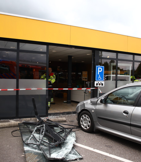 Vrouw gebruikt verkeerde pedaal en rijdt Jumbo in Beneden-Leeuwen binnen met haar auto
