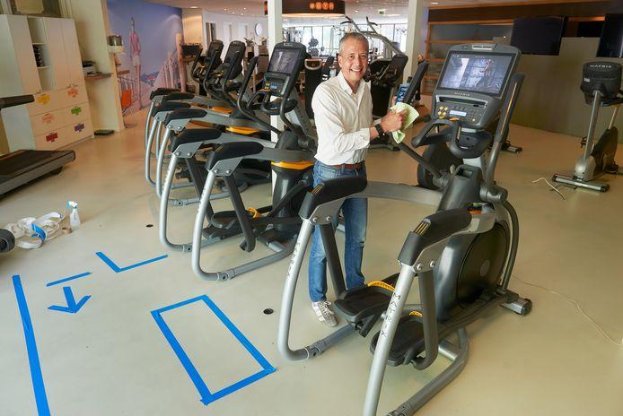 Sportschoolhouder Milton van Haren in zijn sportschool op anderhalve meter.