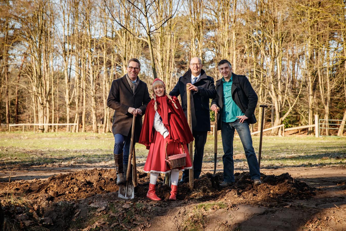V.l.n.r. Marc van den Tweel (Natuurmonumenten) Roodkapje, Fons Jurgens (Efteling) en Celcuk Akinci (BMF) planten samen de eerste eik in het gebied.