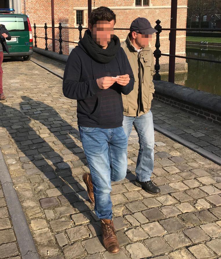 Jeroen P. (links) bij het verlaten van het gerechtsgebouw.