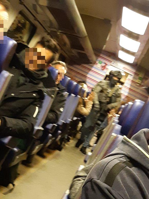 Beeld vanuit de trein, waar zwaarbewapende agenten zijn binnengekomen.