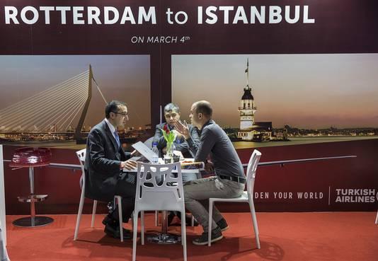 Bezoekers laten zich informeren bij een stand van luchtvaartmaatschappij Turkish Airlines op de Utrechtse Jaarbeurs.
