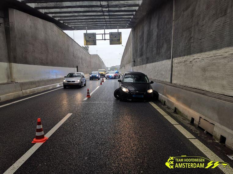 De auto heeft de tunnelwand van de Coentunnel geramd. Beeld Politie